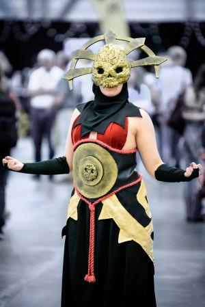 Henna-Julia Mikama som en Cultist Acolyte från Darkest Dungeon