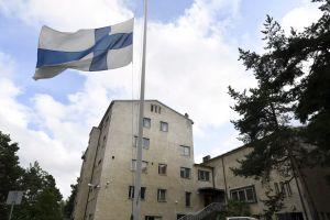 Finlands flagga vajar på halvstång utanför en flyktingmottagningscentral i Åbo den 19.8.2017.