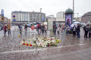 Människor placerar blommor och ljus på Salutorget i Åbo på lördagen den 19 augusti 2017.