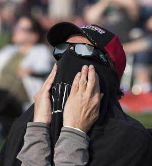 En man i  Madras i Oregon beundrar solförmörkelsen den 21 augusti 2017.