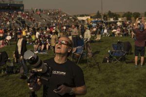Steve Kaltenhauser från Calgary i Kanada tittar på solförmörkelsen den 21 augusti 2017 i Madras i Oregon.