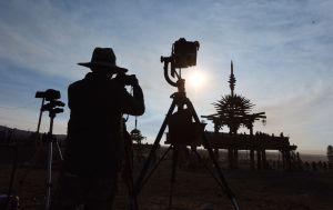 En fotograf bevittnar solförmörkelsen i USA vid Big Summit Prairie ranch i Ochoco National Forest nära staden Mitchell i Oregon.