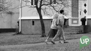 Kuvassa Iris Rainio (Amelie Blauberg) ja Jesse (Niklas Haapaniemi).