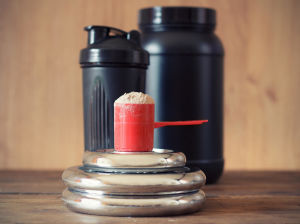En bild på gymgrejer och proteinpulver.