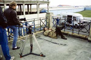 Pirkka-Pekka Petelius televisiosarja Pakanamaan kartan kuvauksissa Redcarissa, Pohjois-Yorkhiressa Isossa-Britanniassa vuonna 1990.