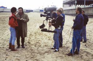 Mari Rantasila ja Pirkka-Pekka Petelius sekä kuvausryhmä televisiosarja Pakanamaan kartan kuvauksissa Redcarissa, Pohjois-Yorkhiressa Isossa-Britanniassa vuonna 1990.
