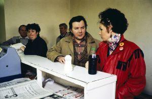 Pirkka-Pekka Petelius ja Mari Rantasila televisiosarja Pakanamaan kartan kuvauksissa Redcarissa, Pohjois-Yorkhiressa Isossa-Britanniassa vuonna 1990.