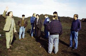 Neil Hardwick ohjaa kuvausryhmää elevisiosarja Pakanamaan kartan kuvauksissa Redcarissa, Pohjois- Yorkhiressa Isossa-Britanniassa vuonna 1990.