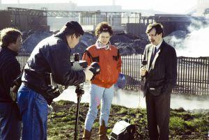 Studio-ohjaaja Jukka Santikko käsittelee kameraa, Mari Rantasila ja Erkki Saarela näyttelevät  televisiosarja Pakanamaan kartan kuvauksissa Redcarissa, Pohjois-Yorkhiressa Isossa-Britanniassa vuonna 1990.