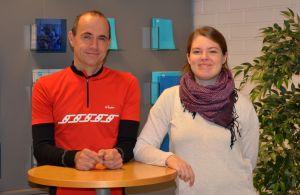 Fritjof Sahlström och Pia Mikander poserar stående vid ett bord.