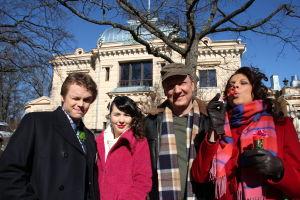 Tomi, Emmi, Otso ja Jaana juhlapaikan edessä. Jaana puhaltaa saippuakuplia.