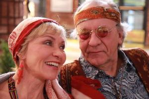 Ainon kahvilan 60-luku bileissä Aino ja Ensio pukeutuneena hipeiksi. Aino nauraa.
