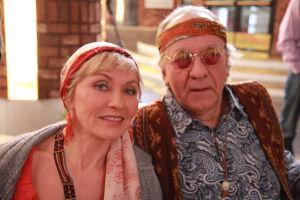 Ainon kahvilan 60-luku bileissä Aino ja Ensio pukeutuneena hipeiksi.