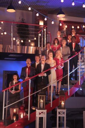 Aapo, Jani, Emmi, Jimi ja kumppanit laulamassa rappusilla kynttilät käsissään.