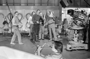 Ohjaaja, käsikirjoittaja Neil Hardwick, näyttelijöitä sekä muita kuvausryhmän jäseniä televisiosarja Pakanamaan kartan kuvauksissa Suomessa vuonna 1990.