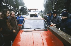 Ohjaaja, käsikirjoittaja Neil Hardwick ja muita kuvausryhmän jäseniä televisiosarja Pakanamaan kartan kuvauksissa Suomessa vuonna 1990.