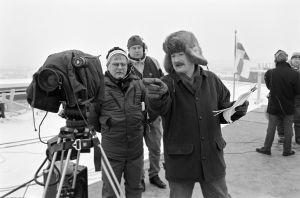 Studio-ohjaaja Jukka Santikko, kameramies Kari Susi ja ohjaaja, käsikirjoittaja Neil Hardwick televisiosarja Pakanamaan kartan kuvauksissa Suomessa vuonna 1990.