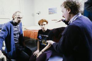 Näyttelijät Vesa Vierikko ja Mari Rantasila sekä ohjaaja, käsikirjoittaja Neil Hardwick televisiosarja Pakanamaan kartan kuvauksissa Suomessa vuonna 1990.