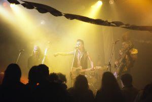 Rockyhtye esiintyy televisiosarja Pakanamaan kartan kuvauksissa Suomessa vuonna 1990.