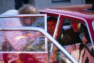 Ohjaaja, käsikirjoittaja Neil Hardwick ja näyttelijöitä televisiosarja Pakanamaan kartan kuvauksissa Suomessa vuonna 1990.