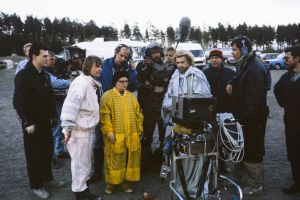 Näyttelijöitä ja muita kuvausryhmän jäseniä televisiosarja Pakanamaan kartan kuvauksissa Suomessa vuonna 1990.