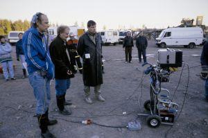 Näyttelijä Vesa Vierikko, ohjaaja, käsikirjoittaja Neil Hardwick ja studio-ohjaaja Jukka Santikko televisiosarja Pakanamaan kartan kuvauksissa Suomessa vuonna 1990.