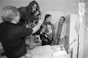 Kameramiehet ja näyttelijät työssä televisiosarja Pakanamaan kartan kuvauksissa Suomessa vuonna 1990.