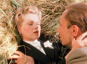 Nainen ja mies lemmenkohtauksessa heinissä. Kuva elokuvasta Muuttolintu (Opfergang)