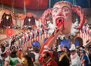 Juhlijoita naamiaisissa. Kuva elokuvasta Muuttolintu (Opfergang)