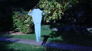Sairaalapyjama puussa