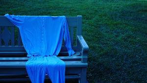 Sairaalapyjama puistonpenkillä