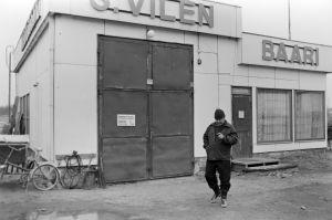 """S. Vilénin huoltamo ja baari, """"Funoil""""-huoltoasema. Kuvaukset käynnissä huoltamon pihalla."""