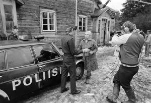 Näyttelijät Mikko Viherjuuri ja Sylvi Salonen sekä kuvaaja Jukka Tuomisto työssä Tankki täyteen -sarjan kuvauksissa.