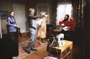 Näyttelijä Tuire Salenius, käsikirjoittaja, henkilöohjaaja Neil Hardwick, näyttelijä Sylvi Salonen ja ohjaaja Esko Leimu Tankki täyteen -sarjan kuvauksissa.