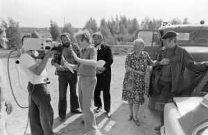 Studio-ohjaaja Kalevi Riutta, tunnistamaton kuvaaja, ohjaaja Esko Leimu, käsikirjoittaja, henkilö-ohjaaja Neil Hardwick sekä näyttelijät Erkki Siltola, Sylvi Salonen ja Ilmari Saarelainen Tankki täyteen -sarjan kuvauksissa.