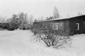 TV2:n ulkolähetysauto numero 15 ja Yleisradion kuorma-auto tunnistamattomalla kuvauspaikalla Tankki täyteen -sarjan kuvauksissa.