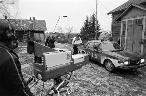 Tunnistamaton kameramies, äänittäjä Timo Rantalainen ja kuvaaja Jukka Tuomisto työssä Tankki täyteen -sarjan kuvauksissa.