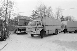 TV2:n ulkolähetysauto numero 15 ja Yleisradion kuorma-autoja tunnistamattomalla kuvauspaikalla Tankki täyteen -sarjan kuvauksissa.
