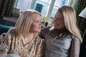 Kuvassa Vilma Haavisto (Rosa Hautala) ja Krista Kortelainen (Thelma Siberg).