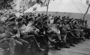 Suomalaiset sotilaat katselevat Karhumäen rintamativolin esitystä 1942-1944.