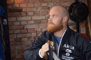 David Söderberg tränar ofta hemma i sitt gym i Vörå.