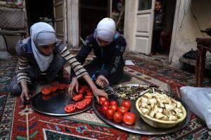En familj torkar tomater och eggplanta i Ghouta.