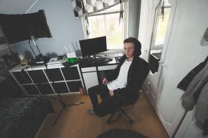 Dennis stor i sitt rum som också fungerar som hemmastudio.