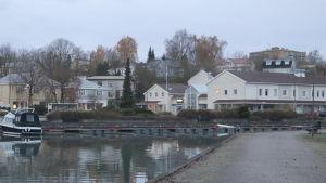 En vy från sundet i Pargas med hus invid Strandvägen