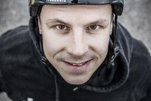 Matti Suur-Hamari lähikuvassa, katsoo suoraan kameraan.