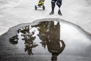 Matti Suur-Hamari seisoo vesilätäkön takana.