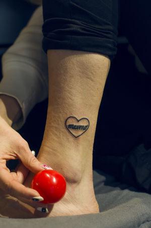 Mys vrist som är nytatuerad med ett hjärta där det står maxmo.
