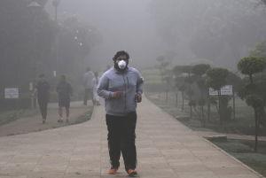 En indisk man motionerar i Delhi.