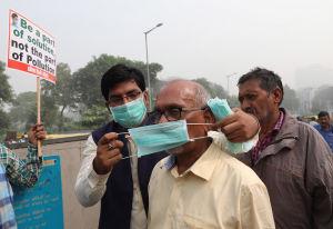Volontärer delar ut gratis munskydd.