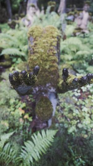 Sammaloituneen betonipatsaan sormet.